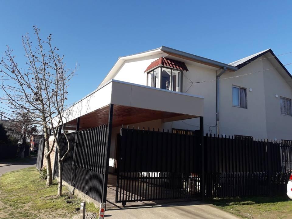 Casa esquina de dos pisos en Villa San Jose de la Florida